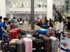 Xếp hàng dài chờ làm thủ tục thủ công ở sân bay Nội Bài