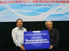 Bộ trưởng Trương Minh Tuấn tặng quà cho Bệnh viện Nhi Trung ương