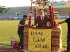 """Công ty quay phim """"rải mưa tiền"""" ở Huế bị phạt vì treo băng rôn chưa xin phép"""