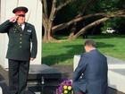 """Tổng thống Ukraine bị... """"cười thối mũi"""" vì đi tất thủng"""