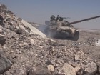 Pháo tăng Syria bắn tan xác xe bọc thép IS (video)