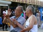 Người già Trung Quốc học cách dùng smartphone