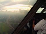 Video: Đẹp tuyệt cảnh từ buồng lái của phi công khi máy bay hạ cánh