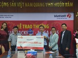 Khách trúng giải 132 tỷ Vietlott trích 1 tỷ đồng làm từ thiện