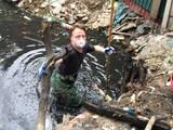 Khách Tây lội cống thối ở Hà Nội để vớt rác