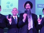 Ấn Độ ra mắt smartphone giá 45 USD, miễn phí Internet một năm