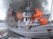 Tàu du lịch cháy dữ dội, nhiều người nhảy xuống biển Hạ Long