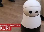 Robot dễ thương chạy quanh nhà để quay video