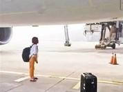 Cặp đôi Trung Quốc đứng chặn máy bay vì đến muộn giờ