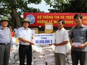 Bộ trưởng Trương Minh Tuấn thăm và tặng quà đồng bào lũ lụt Quảng Bình