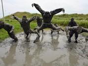 Rợn người trước cảnh binh sĩ huấn luyện như trong địa ngục