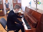 Khâm phục cậu bé không tay đánh đàn piano