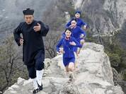 Tiếp viên hàng không chân trần leo núi tập võ