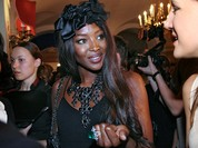 Siêu người mẫu Naomi Campbell cởi đồ lên án chính sách của Mỹ
