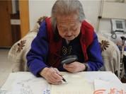 Tròn mắt xem cụ bà 100 tuổi dùng kính lúp vẽ tranh