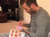 David Beckham khâu quần áo búp bê cho con gái Harper