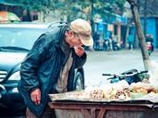 Bức ảnh ông lão nhặt thức ăn từ thùng rác lay động dân mạng