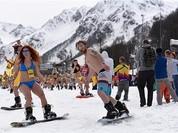 Video: 1.111 người mặc đồ bơi trượt tuyết cùng lúc