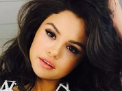 Lộ video hậu trường chụp ảnh bikini cực đốt mắt của Selena Gomez