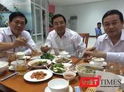 Lãnh đạo và công chức Đà Nẵng dùng cơm trưa với hải sản