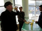 Video: Đứng uống bia phong cách chuẩn Triều Tiên