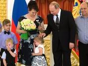 Video: Putin trổ tài dỗ bé gái đang khóc ở điện Kremlin