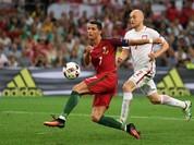 """Video: Những pha """"sểnh chân"""" khó tin của Ronaldo trong trận gặp Ba Lan"""
