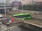 Video: Hoàn hảo tài xế quay đầu xe bus trên con đường hẹp