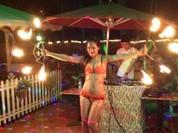 Video: Hotgirl liều mình múa lửa kiếm sống
