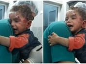 Video: Bé trai Syria hoảng sợ ôm chặt y tá sau cuộc không kích