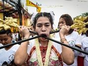 """Choáng với lễ hội """"hành xác"""" kinh dị của người Thái"""