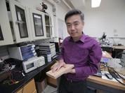 Khai thác điện năng từ sàn nhà làm từ bột gỗ nano