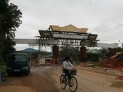 Choáng ngợp với cổng chào tiền tỉ ở huyện nghèo