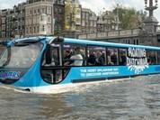 Xe buýt bơi như thuyền trên sông