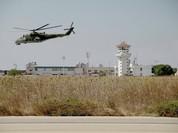 Bay trên trực thăng Mi-24 tuần tra căn cứ không quân Nga ở Syria