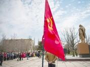 """Cố """"tán"""" châu Âu, Ukraine tháo gỡ hàng trăm tượng đài thời Liên Xô để làm,"""