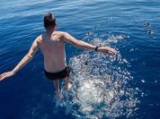 Thú vui bơi lội của thủy thủ Mỹ làm nhiệm vụ giữa đại dương