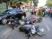Ô tô húc văng người đàn ông ở trung tâm Sài Gòn