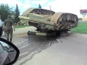Video xe tăng T-80U của Nga lật ngửa vì.... rơi từ xe tải xuống đường