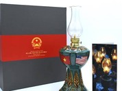 """Chiếc """"đèn Hoa Kỳ"""" Thủ tướng Nguyễn Xuân Phúc tặng Tổng thống Mỹ có gì độc đáo?"""