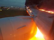 Máy bay Singapore Airlines hạ cánh khẩn cấp vì động cơ bốc cháy - VIDEO