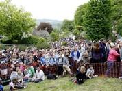 Hàng ngàn người chạy đuổi theo miếng pho mát trong lễ hội kỳ lạ