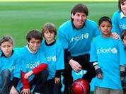 Messi so tài cùng các cậu bé