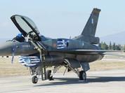 Phi công Hy Lạp lái F-16 ra nước ngoài rút tiền