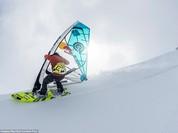 Dân mạng trầm trồ với màn trượt tuyết ngoạn mục đỉnh núi cao gần 2.000 m