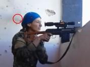 Chiến sự Syria: Nữ xạ thủ người Kurd thoát hái tử thần trong gang tấc (video)