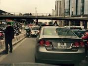 """""""Quý ông"""" dừng ôtô tè bậy giữa đường Hà Nội gây bão Facebook"""