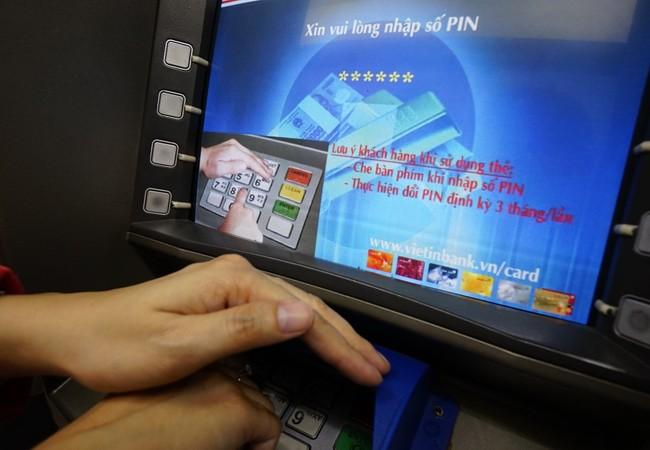 Trước tình trạng tội phạm thẻ bùng phát, NH khuyến cáo khách hàng phải che tay khi nhập mật khẩu để tránh bị lộ thông tin
