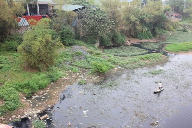 Ô nhiễm sông Đáy (Ảnh: Quang Vững)