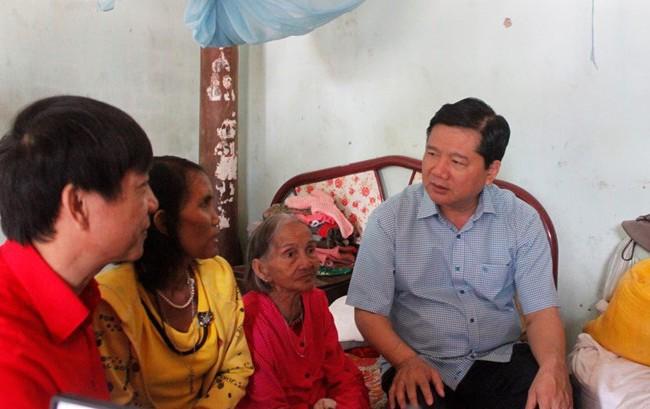 Bí thư Đinh La Thăng thăm và tặng quà cho gia đình bà Cà Mau Thị Hang. Ảnh Soha.vn
